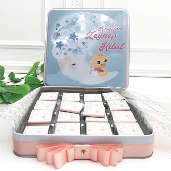 bebek cikolatası, İsme Özel Baskılı Metal Kutu Bebek Çikolatası - 50 adet - Bebeğinizin resmi ile özel tasarımlı kutusunda 50 adet folyo kaplamalı sütlü madlen çikolata.